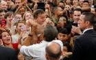 Video: Obama trổ tài dỗ trẻ khiến đám đông reo hò
